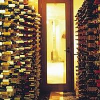 豊富なワインセレクションと、こだわり抜いたワインセラー