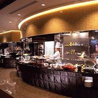 ピザ釜、ロティサリー、グリヤードの設備を整えた食のステージ