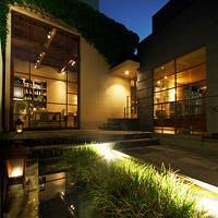 喧噪を離れた一軒家、そこは緊張感と開放感を併せ持つ特別な空間