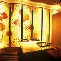 谷口広樹氏作の光屏風のある半個室などアートが溢れる幻想的な空間