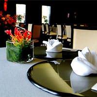 水墨画をイメージしたモノトーンの洗練された雰囲気のレストラン