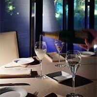 開放感溢れる空間と厳選されたワインとの調和を愉しんでいただく