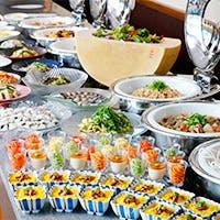 18メートルのロングカウンターにバラエティ豊かな料理が約60種類
