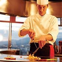 熟成された黒毛和牛を中心に、旬の魚介類や京野菜を鉄板焼でダイナミックにさばく