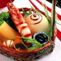 選び抜かれた旬の食材が、料理長の手によって生まれ変わる瞬間を・・・