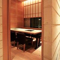 笹と竹をモチーフにしたインテリアが随所に散りばめられた空間でゆっくりとお食事を