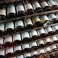 1つ1つの装飾にこだわりのあるゴージャスな空間の中に、選りすぐりのワインが眠る
