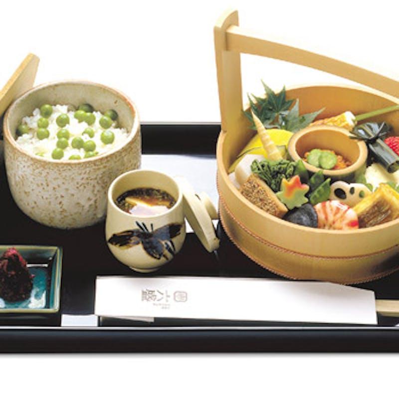 【手をけ弁当】雅な手桶に京料理を盛込んだお弁当+1ドリンク