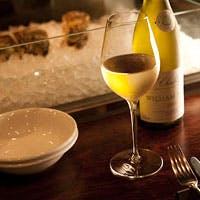 落ち着くプチビストロ風の雰囲気でガラスのアイスベッドに牡蠣が並びます