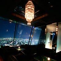 黒を基調としたスタイリッシュな空間。ランプの明かりが燈るシックで大人の雰囲気