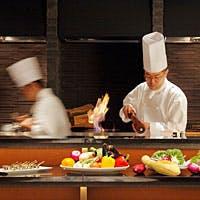 ライブ感溢れるオープンキッチンと、和と洋が融合したモダンな店内装飾