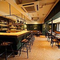 モスグリーンを基調とした落ち着いた雰囲気の家庭的なイタリアンレストラン