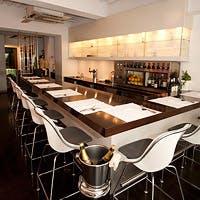 白を基調としたモダンな店内の麻布十番の隠れ家レストラン