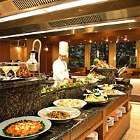 ビュッフェカウンター越しのオープンキッチンのライブ感をお楽しみください!