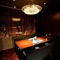 ランプにゆらめく灯火に囲まれたカウンターとプライベートな個室が自慢