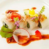 """季節野菜や旬の魚介など30種類もの""""好み""""を包んだオリジナルロール寿司"""