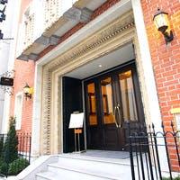 大正末期に建てられた元銀行を改装したクラシックかつ優雅で重厚な建物