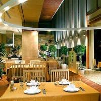 昼は外光が降り注ぐ開放的な吹き抜けが、夜はムード溢れる空間が楽しめるレストラン