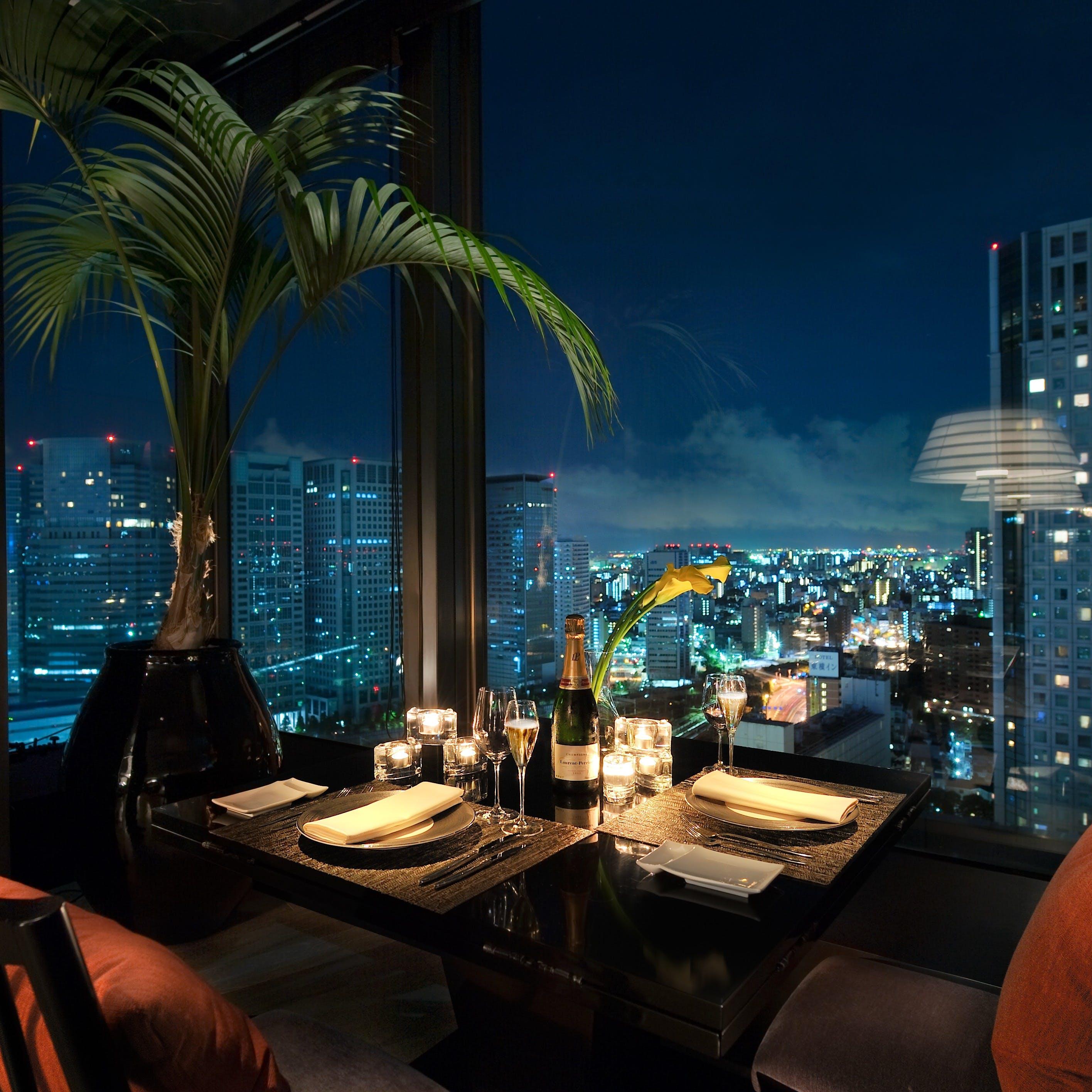【記念日やプロポーズに最適】夜景一望ホテル最上階窓際席確約