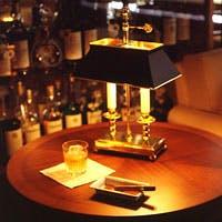 東京の夜景をのぞむバーで、シックな大人の時間を