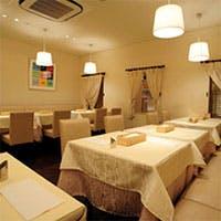 白を基調とした清潔感あふれる店内、個室も完備で特別な会食にも対応