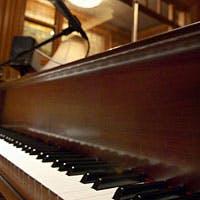 ジャズピアノの生演奏に耳を傾けながら、上質な夜を心行くまでお楽しみください