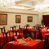 深紅のテーブルクロスで統一した店内。ゆったりとお食事をお楽しみ頂ける雰囲気です