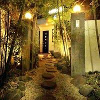 赤坂の路地裏に佇む一軒家レストランは、古い建物を改築した温もりのある店内