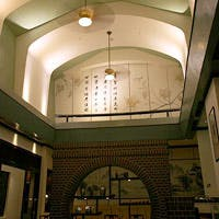 租界の洋館を思わせる天井の高い開放的な店内