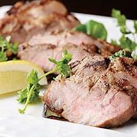 看板メニューの前菜盛り合わせ。メインは肉・魚料理をダブルで味わえる