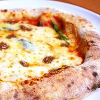 遠赤炭火で仕上げるグリル料理とモチモチのオリジナルピッツァ