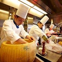 ランチ、ディナータイムは常時70種を超える料理とスイーツをご用意