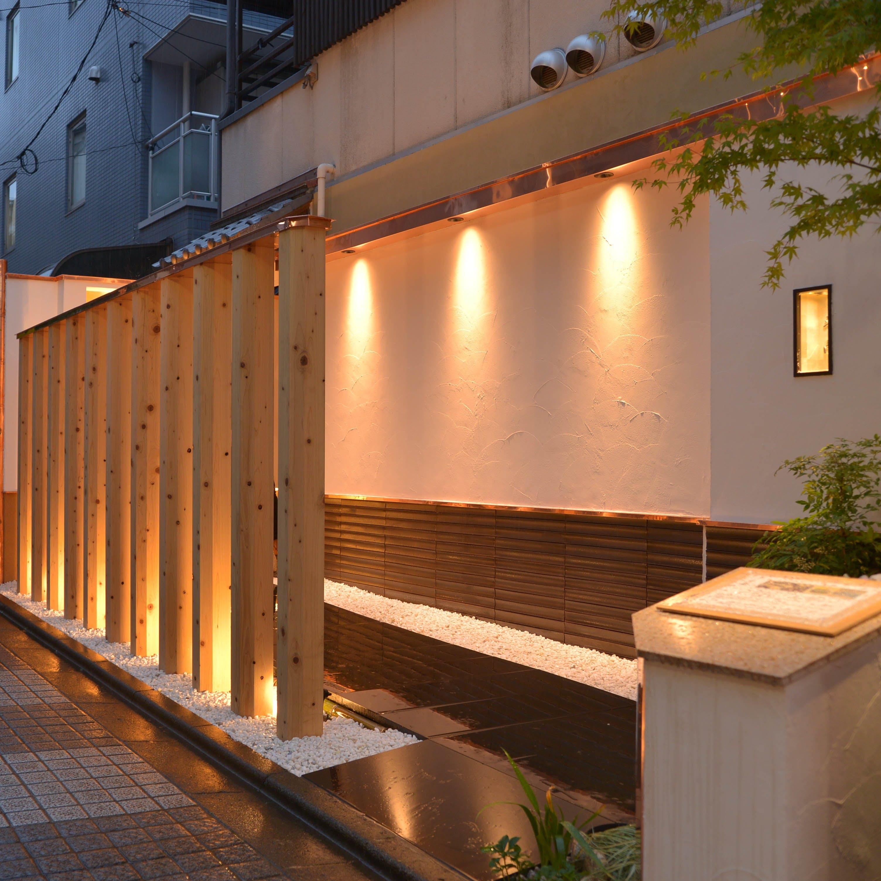 神楽坂の風情ある街並みに佇む日本料理店