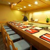 古きよき寿司屋の雰囲気を感じながら、厳選されたこだわりの寿司を楽しむ