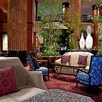 ホテル正面玄関奥に広がる優雅な空間