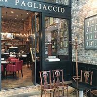 まるでイタリアの街角のトラットリア。店内はゾーンごとに用途多彩。