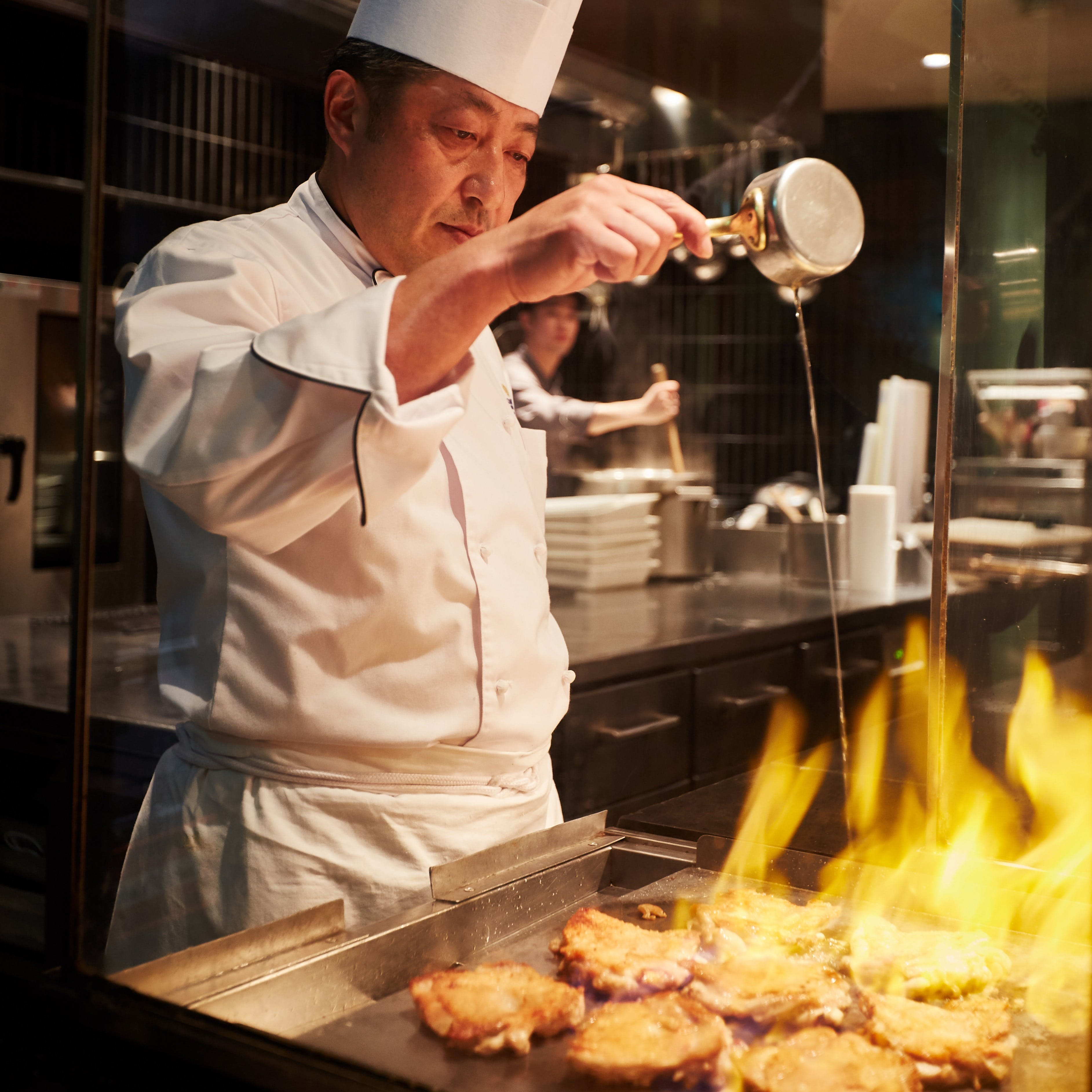 シェフが目の前で調理・盛り付けし、会話も楽しめる新スタイルのオープンキッチン