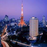 ホテル最上階、大きな窓に囲まれ、東京タワーや六本木など東京の夜景を存分に味わえる