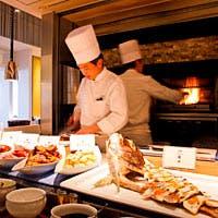 武藏窯で焼き上げた自慢のグリル料理など150種以上のブッフェを堪能
