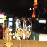 銀座の街並や東京タワーが一望できる、大きな窓ガラス張りの開放的なダイニング