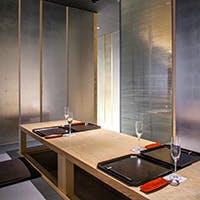 ゆったりとした空間でモダンな日本料理店をイメージしました