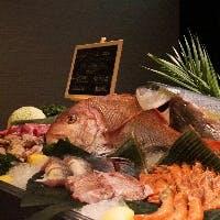 ビーフ・ポーク・チキン・魚介類が並ぶグリルライブカウンター