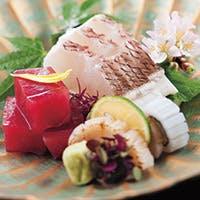 北大路グループは船越総括料理長の下、四季折々の日本料理をご提供しております