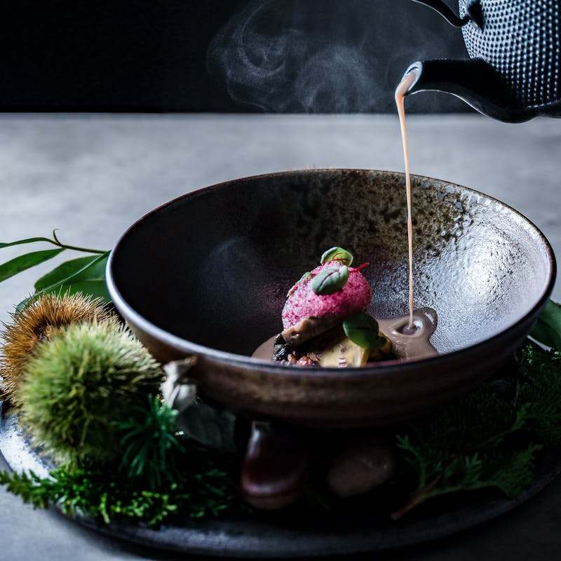 【 DINNER SPECIALITE 】前菜、メイン料理、デザートなど伝統料理の数々を 全9品