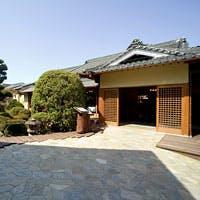 四季折々の樹々が息吹く庭園と400年の歴史を誇る元老舗料亭旅館の優美な純日本建築