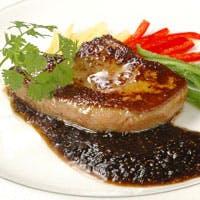 鉄板焼き一筋のベテランシェフが最高のステーキを焼き上げます