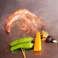 食材は目の前の鉄板で調理、ハマでしか味わえない料理も…