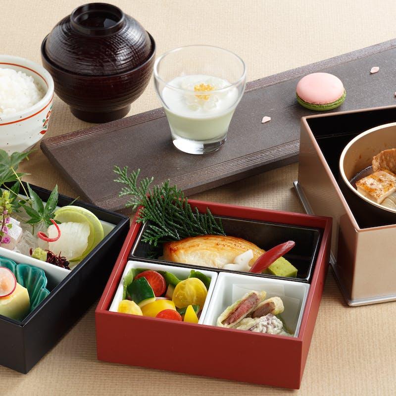【旬彩弁当】様々な料理を少しずつ詰め込んだ豪華弁当+食後の珈琲フリー(ホール席)