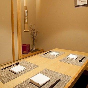 大切な会食や接待、ご家族でのお祝い事などにおすすめの個室もございます。