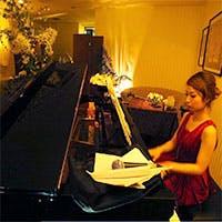 ピアノの旋律に満たされた大人の空間。事前にリクエストすればお好きな曲を生演奏。